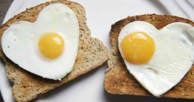 Яичница на кусочках хлеба