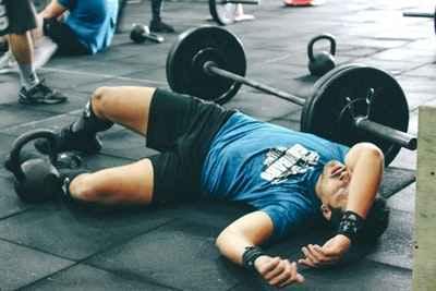 Уставший штангист тяжелоатлет