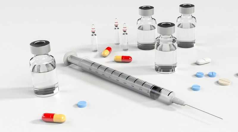 Лекарства в капсулах таблетках и ампулах и шприц