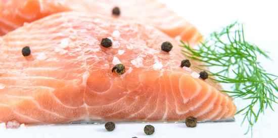Кусок красной рыбы с приправами
